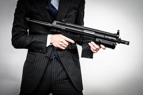 マシンガンを持つ戦うビジネスマンの写真素材 [FYI01259794]