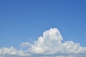 青い空にふわふわの白い雲 コピースペースの写真素材 [FYI01259808]