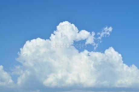 青い空にふわふわの白い雲の写真素材 [FYI01259815]