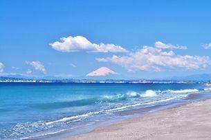 海 富士山 波 青い空 砂浜の写真素材 [FYI01259817]
