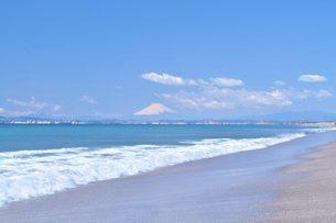 海 富士山 白波 青い空 砂浜の写真素材 [FYI01259818]
