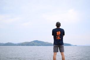 海の前で立つ男性の写真素材 [FYI01259863]