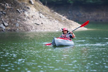 カヌーを漕ぐ男性の写真素材 [FYI01259867]