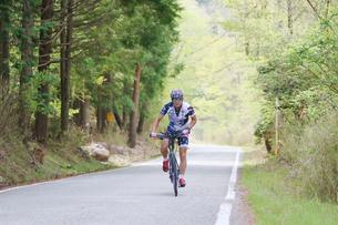 山道を自転車で走る男性の写真素材 [FYI01259870]