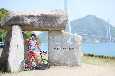 サイクリストの聖地に立つ男性の写真素材 [FYI01259871]