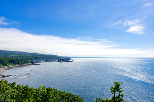 北海道 知床 プユニ岬付近よりウトロの海を望むの写真素材 [FYI01259977]