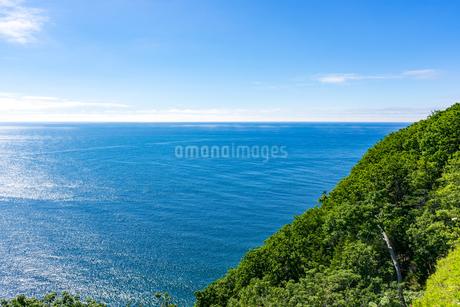 北海道 知床 プユニ岬付近よりウトロの海を望むの写真素材 [FYI01259979]