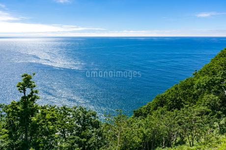 北海道 知床 プユニ岬付近よりウトロの海を望むの写真素材 [FYI01259980]
