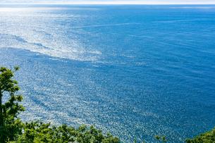 北海道 知床 プユニ岬付近よりウトロの海を望むの写真素材 [FYI01259982]