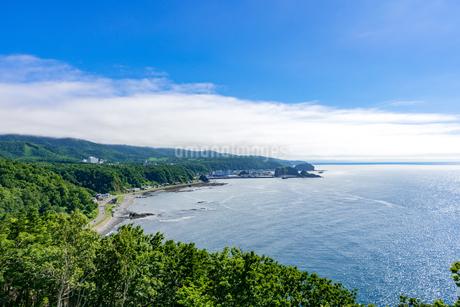 北海道 知床 プユニ岬付近よりウトロの海を望むの写真素材 [FYI01259984]