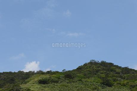 山の奥に青空が広がるの写真素材 [FYI01260007]