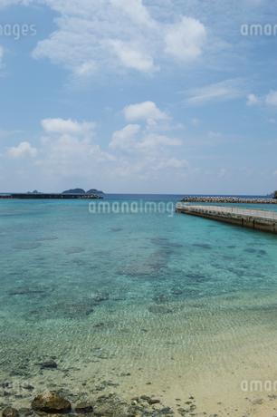 南国の海に桟橋が伸びるの写真素材 [FYI01260010]