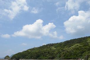 山の奥に青空が広がるの写真素材 [FYI01260011]