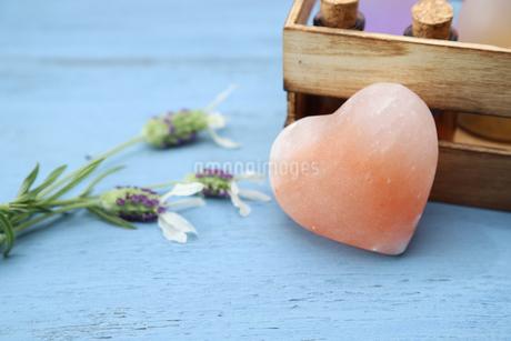ハート型の岩塩の写真素材 [FYI01260030]
