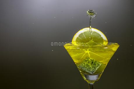 グラスの中のスプラッシュの写真素材 [FYI01260031]