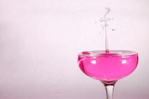 グラスの中のスプラッシュの写真素材 [FYI01260032]
