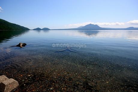 北海道支笏湖の春の風景の写真素材 [FYI01260243]