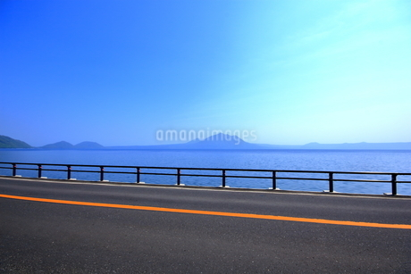 早春の北海道支笏湖の風景の写真素材 [FYI01260246]