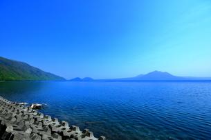 早春の北海道支笏湖の風景の写真素材 [FYI01260247]