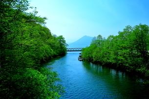 早春の北海道支笏湖の風景の写真素材 [FYI01260248]