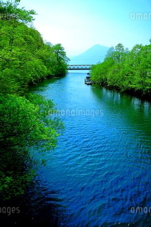 早春の北海道支笏湖の風景の写真素材 [FYI01260249]