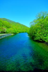 早春の北海道支笏湖の風景の写真素材 [FYI01260257]