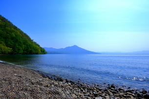 早春の北海道支笏湖の風景の写真素材 [FYI01260261]
