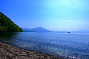 早春の北海道支笏湖の風景の写真素材 [FYI01260263]