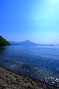 早春の北海道支笏湖の風景の写真素材 [FYI01260264]