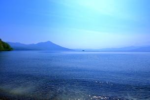 早春の北海道支笏湖の風景の写真素材 [FYI01260265]