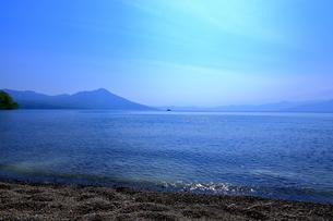 早春の北海道支笏湖の風景の写真素材 [FYI01260266]