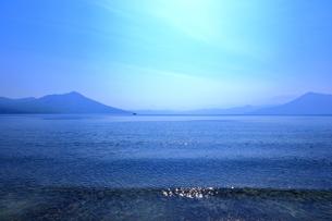 早春の北海道支笏湖の風景の写真素材 [FYI01260267]