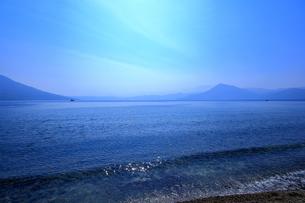 早春の北海道支笏湖の風景の写真素材 [FYI01260268]