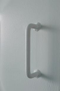白い壁に溶接された白いパーツの写真素材 [FYI01260310]