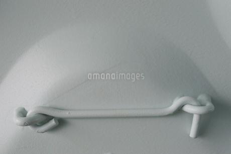 白い壁に溶接された白いパーツの写真素材 [FYI01260312]