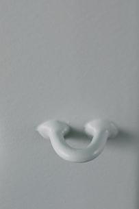 白い壁に溶接された白いパーツの写真素材 [FYI01260313]