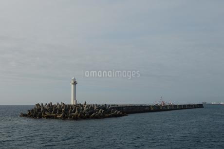 防波堤の灯台の写真素材 [FYI01260340]