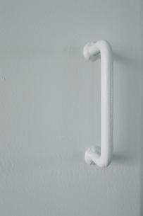 白い壁に溶接された白いパーツの写真素材 [FYI01260450]