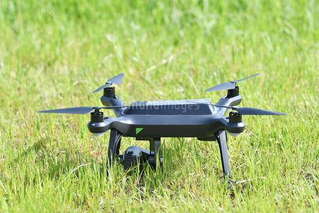 離陸前の小型ドローンの写真素材 [FYI01260485]