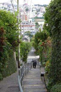 階段を下る老人の写真素材 [FYI01260533]