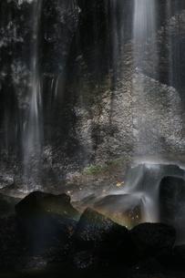 滝にかかる虹の写真素材 [FYI01260545]