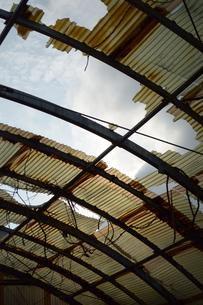 剥がれて朽ちたトタン屋根の写真素材 [FYI01260551]