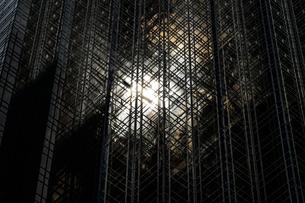 トランプタワーに反射する太陽(ニューヨーク)の写真素材 [FYI01260564]