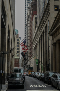ニューヨーク・ウォール街と星条旗の写真素材 [FYI01260565]