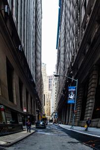 ニューヨーク・ウォール街の街並みの写真素材 [FYI01260577]