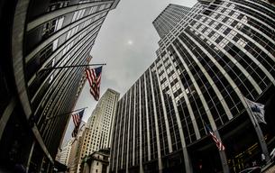 ニューヨーク・ウォール街と星条旗の写真素材 [FYI01260578]