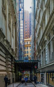 ニューヨーク・ウォール街の街並みの写真素材 [FYI01260579]