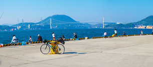 関門海峡と自転車の写真素材 [FYI01260615]