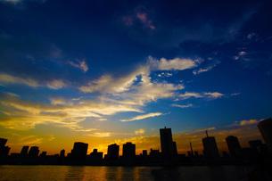 東京の街並みのシルエットの写真素材 [FYI01260619]