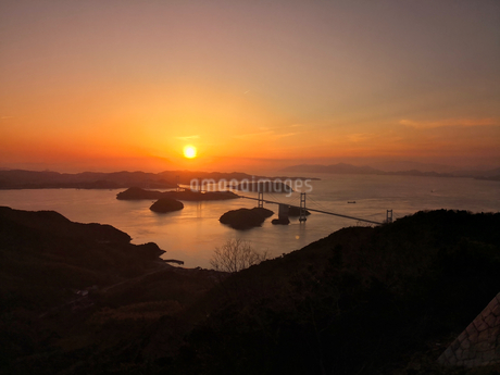 しまなみ海道に沈む夕日の写真素材 [FYI01260740]